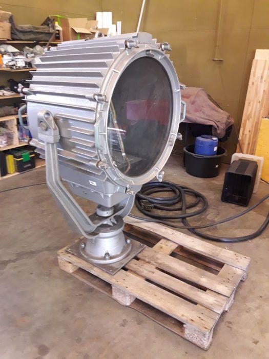 Wij verkopen deze lucht uitoefening projector met haar hoge spanning transformator-station. De projector heeft de lamp en de voorwaarde is dicht bij nieuw. Niet met genoeg macht om het te beginnen, weet ik niet of het werkt.