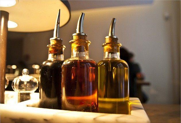 Уксус — золотая жидкость. В основном его используют для приготовления пищи и консервирования продуктов. Вот как ещё можно использовать уксус в быту:  Продезинфицировать им разделочные доски. Успокоит…