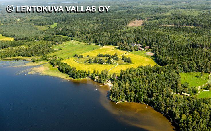 Peltomaisemaa järven rannalla, Hauho Ilmakuva: Lentokuva Vallas Oy