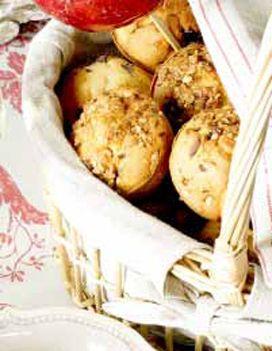 Recette Les muffins de Bree :  Faites ramollir le beurre au bain-marie (ou au micro-ondes) sans le faire fondre. Incorporez-y le sucre, la farine, le sel, la levure et, peu à peu, les jaunes d'oeufs battus dans le lait. Ajoutez les pépites de chocolat et les noisettes hachées.  Rempliss...