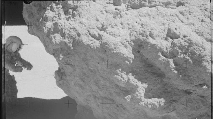 Apollo 16  Além de passearem pela superfície lunar, os astronautas também coletaram 95,8 kg de amostras lunares. Enquanto Duke e Young recolhiam os pedaços, o piloto Ken Mattingly orbitou a Lua 64 vezes por 126 horas.