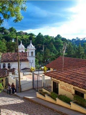 """Santa Lucia es uno de los municipios mas antiguos de Honduras, sus primeros pobladores fueron indígenas y bautizaron este lugar con el nombre de """"Surcagua"""" que significa en español """"Lugar de Ranas"""". Según registros, se cuenta con información de este lugar que data del año 1500 d.c."""