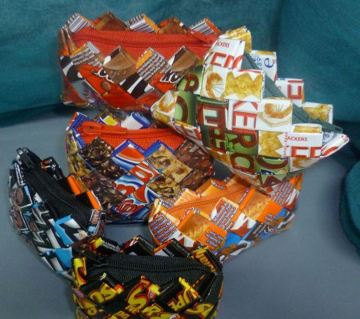 """Imagen de monederos fabricados con envoltorios de alimentos por """"Recicladictos Valpo"""":"""