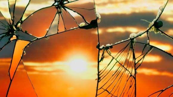 Zonsondergang in een gebroken spiegel Sunset in a broken mirror