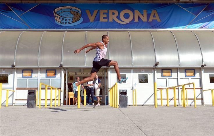 Il campione di salto triplo Christian Taylor salta davanti al Palaolimpia di Verona dove gioca la sua fidanzata Kelly Murphy del Canada.