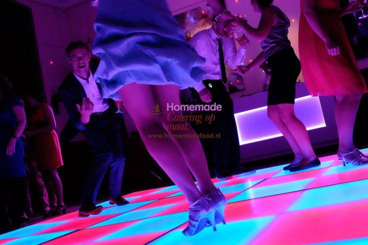 Een LED licht dansvloer in de Grote Salon van het Koetshuis te Kasteel Keukenhof. Tijdens de feestavond kan er gedanst worden op deze fraaie dansvloer. De lichten gaan ritmisch mee met de klanken van de muziek. DJ Ferocius laat de DJ booth en de kleurstelling ook mooi aansluiten bij het geheel. Homemade Catering op Maat denkt graag met u mee over de creatieve invulling van uw feestavond.