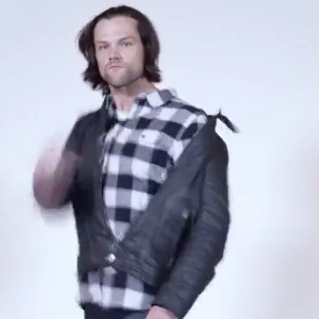 ⠀ This video is exactly what whe need after the finale last night  it's so funny i cant (link for whole video in bio) ⠀ [#spn #supernatural #jaredpadalecki #jensenackles #spncast]