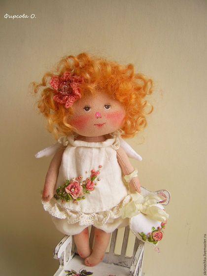 Купить или заказать В моей душе  весна!!! текстильная интерьерная куколка в подарок в интернет-магазине на Ярмарке Мастеров. Текстильная куколка ручной работы. Рост около 14 см. Сделана по мотивам работ Е. Гапчинской. В работе использован хлопок 100%. Платьице пошито из нежнейшего жатого батиста, вышито и расшито бисером. В ручках сердечко (размер 2.5-3см) , на нем тоже объемная вышивка, бисер, украшено шебби лентой.