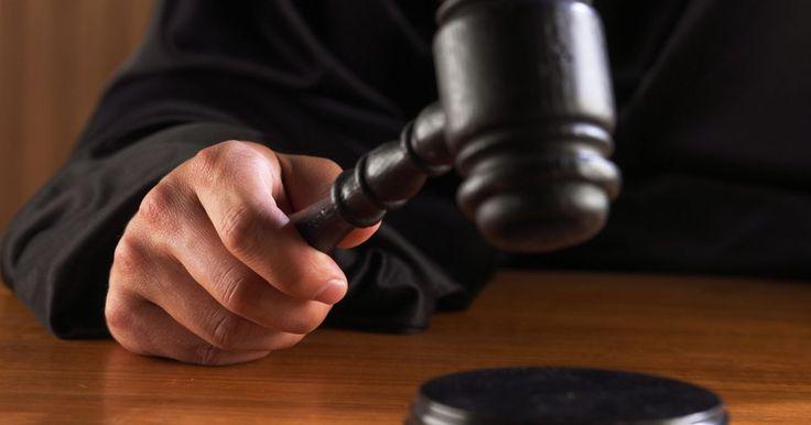 ¿Cómo defenderte a ti mismo en un juicio pensión de alimentos?. Para defenderte en un caso de manutención ante el tribunal, debes pagar la manutención ordenada, aprenderte las leyes de tu estado, recopilar registros de ingresos y pagos, solicitar una copia de tus declaraciones, aprender todo sobre los procedimientos judiciales, prepararte para la corte y asistir a tu audiencia.
