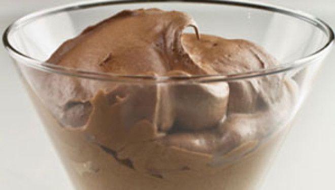 Glaasjes chocolademousse met een tic