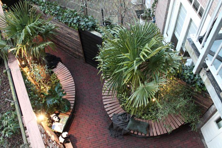In Amsterdam wordt Tess verrast door haar man Igor. Omdat ze een heftig jaar achter de rug heeft, vindt Igor dat ze wel eens in het zonnetje mag worden gezet. Hij heeft Tom ingeschakeld om van hun lastige tuintje een groene stadstuin te maken. Zie hier deel 2 van deze maak-over!
