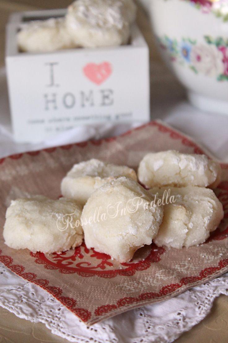 Biscotti al cocco. Biscotti facili, deliziosi con il loro fresco spore d cocco. Ideali per chi cerca ricette semplici, poco impegnative ed efficaci.