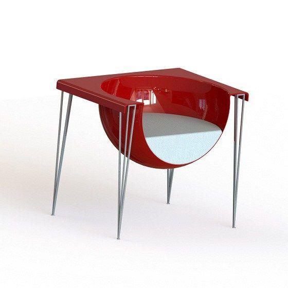 Jeremy Gaschot a créé avec Umferð un fauteuil très original, sorte de sphère qui aurait été ouverte pour nous laisser une petite place, fauteuil avec coque en polyuréthane teinté, piètement en fil …