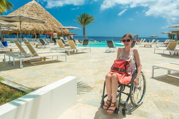 Mit Rollstuhl am Infinity Pool - rollstuhlgerechter Urlaub auf Curaçao