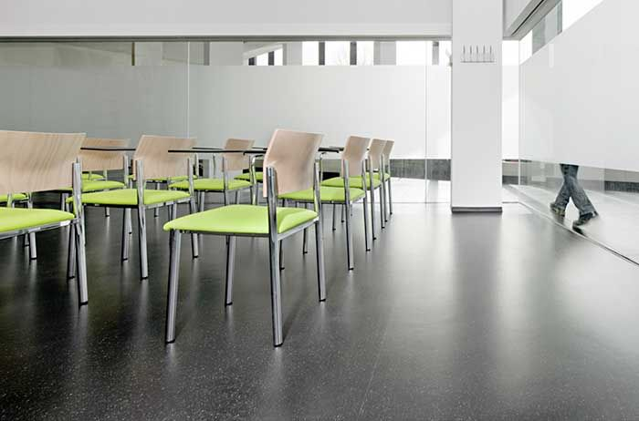 The fundamental chromatic contrast between black and white runs through the FH Campus building, emphasised by the use of the dark Kayar flooring