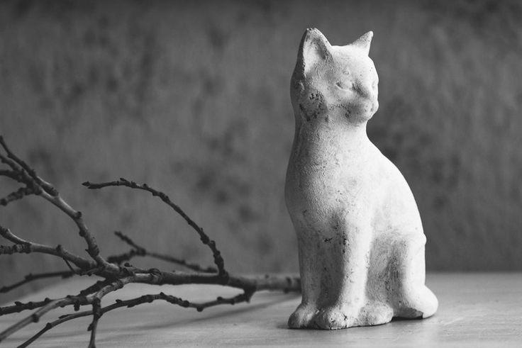 Beton katze figur skulptur garten stein shabby von atelier for Basteltipps gartendeko