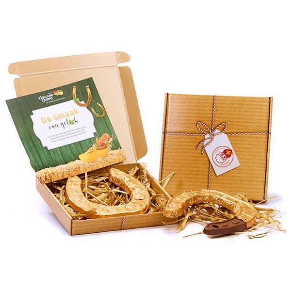 Amerigo's gelukshoefijzer verstuurd in een postgeschikt geschenkdoosje. Smakelijke chocolade hoefijzer in gouden folie. Shop op www.geluk.com!