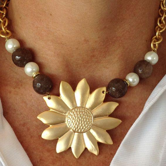Girasol con ágatas marrones y perlas de rio blancas