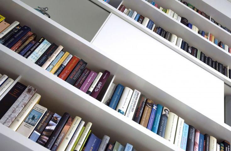Witte design boekenkast op maat met hoogglans schuifdeuren