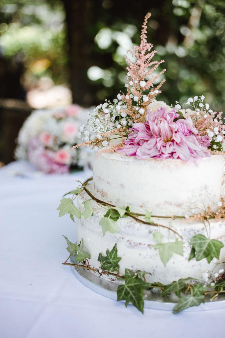 Hochzeitstorte mit echten Blumen im rustikalen Vintage Stil  Foto: Annika & Gabriel Fotografie