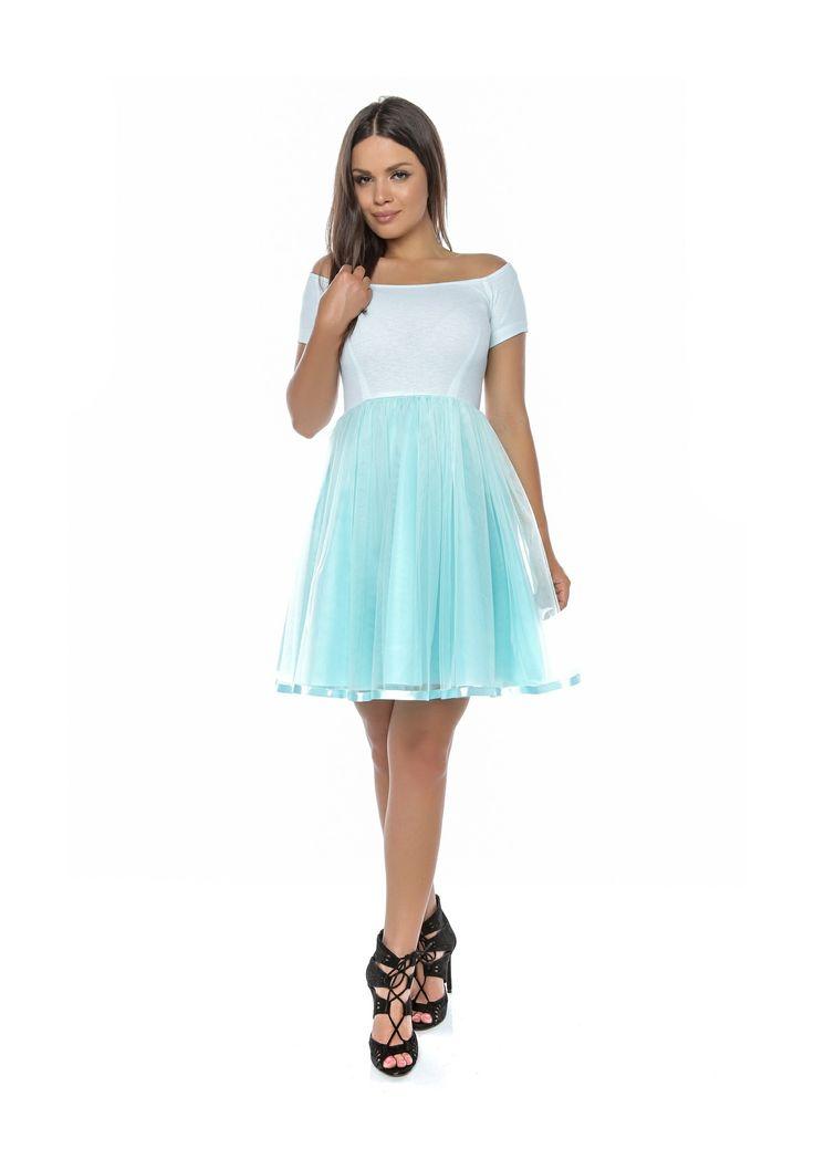 Rochie fabricată din jerseu, tafta și tul. La poale s-a aplicat o panglică pe un rând, asortată la culoarea rochiei, ceea ce îi conferă o eleganță aparte.