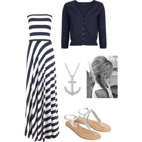 Tenue d'été: robe longue rayée blanche et marine, gilet court marine, sandales et accessoires.