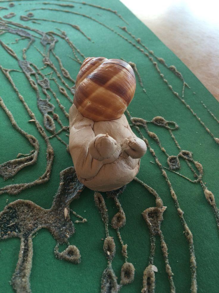 Gekleide slakken met een spoor van lijm en zand