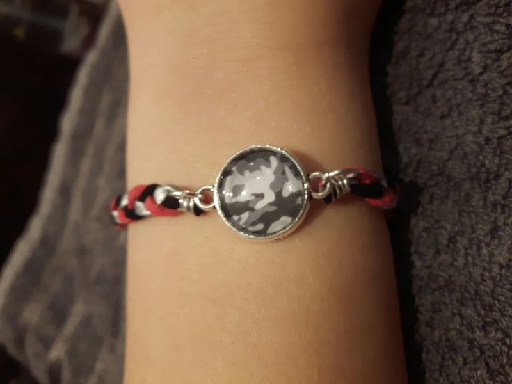 Bracelet made of leather straps and grey camouflage cabochon.