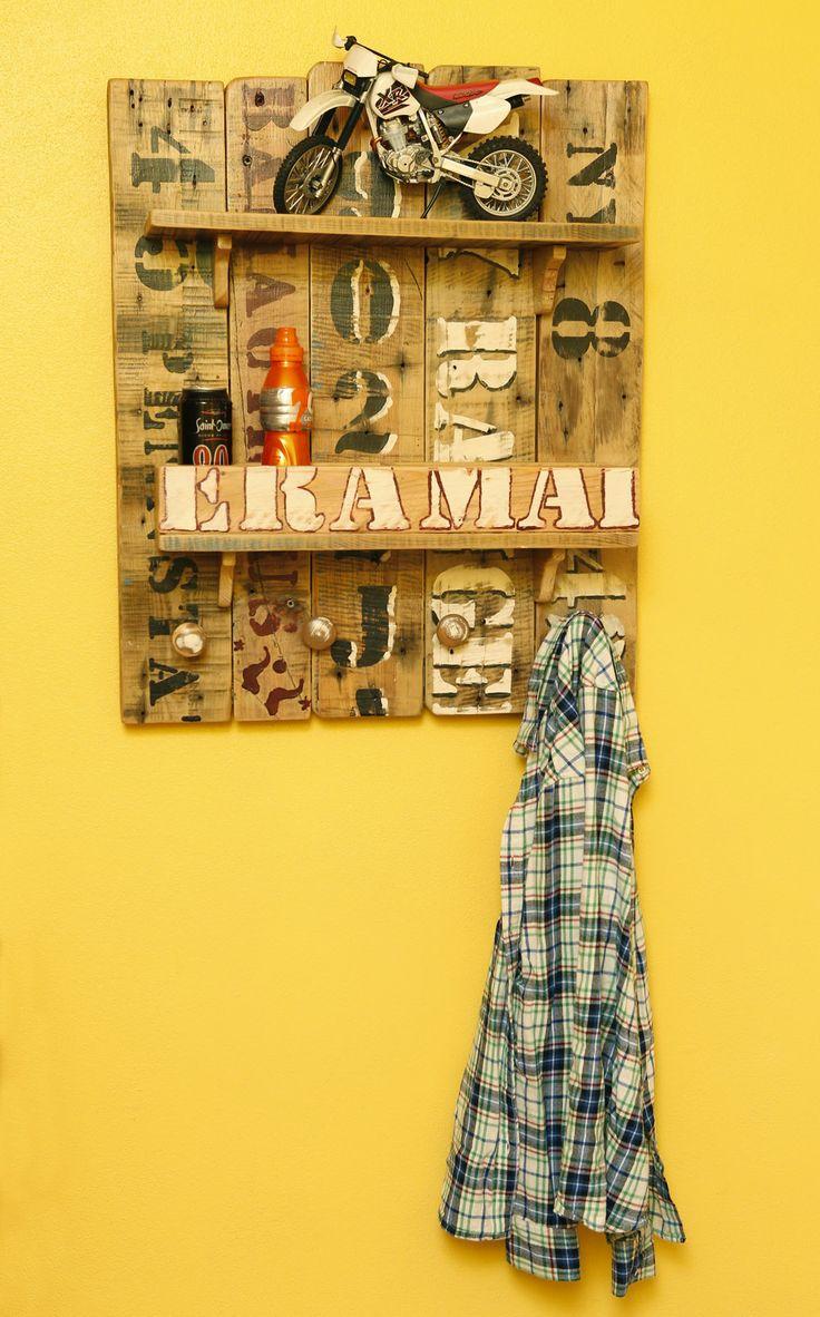 Cabide de parede com parteleiras feito com madeiras usadas.