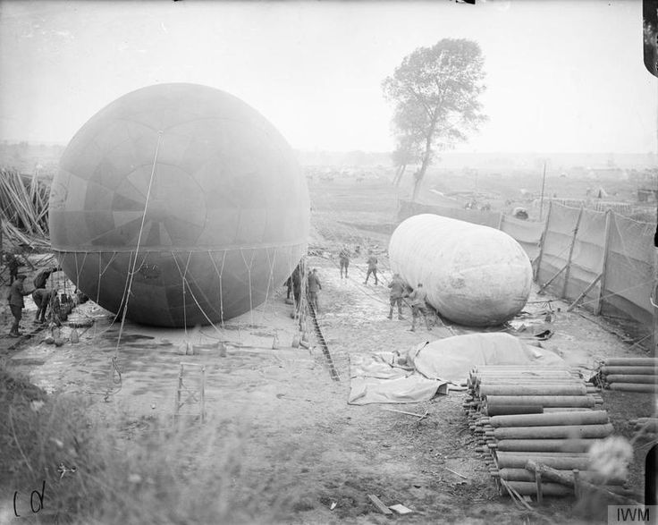 """Filling Caquot kite balloon with gas from a 'nurse"""" balloon. Bray-Albert road, 7 Aug 1916. Remplissage Caquot ballon cerf-volant avec le gaz à partir d'un """"ballon d'infirmière. Route Bray-Albert, le 7 août 1916"""