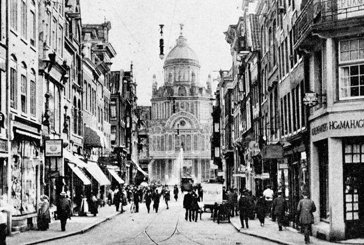 De Utrechtsestraat dateert uit de grote stadsuitbreiding van 1658 en dankt zijn naam aan het feit dat de straat van de Reguliersbreestraat liep tot aan de toenmalige Utrechtsepoort.  Bijzonder in de Utrechtsestraat zijn de vele winkelpuien van rond 1900.