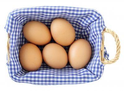 Coraz częściej sięgamy po jaja bez antybiotyków i GMO. Oznacza to, że konsumentzaakceptował te wartości dodane, za któretrzeba zapłacić20-30 proc. więcej. Artur Węgłowski, wiceprezes zarządu idyrektor zarządzający Farmioocenia, że oile do niedawna przy produktach żywnościowych zdecydowanie najważniejszym kryterium dlakonsumentów była cena, to obecnie coraz większa grupa nabywców zwraca uwagę na jakość. W tym tkwi szansa