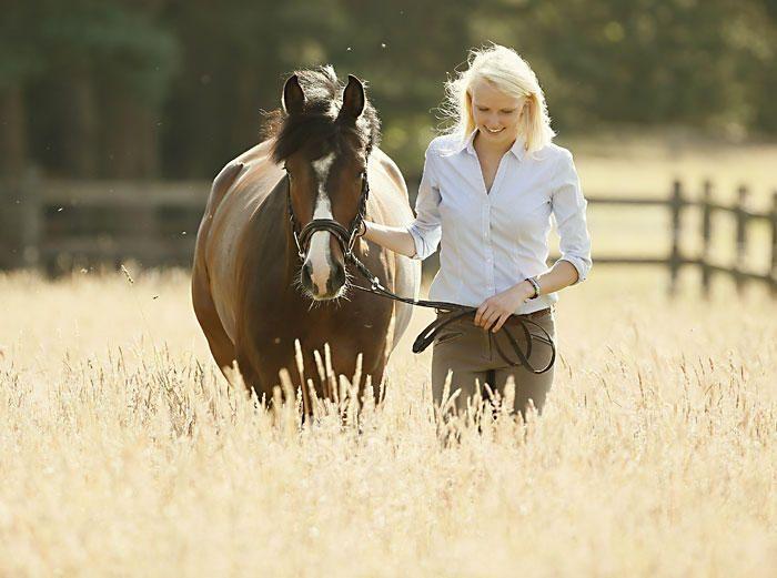 Bilder frau auf pferd Jeune femme