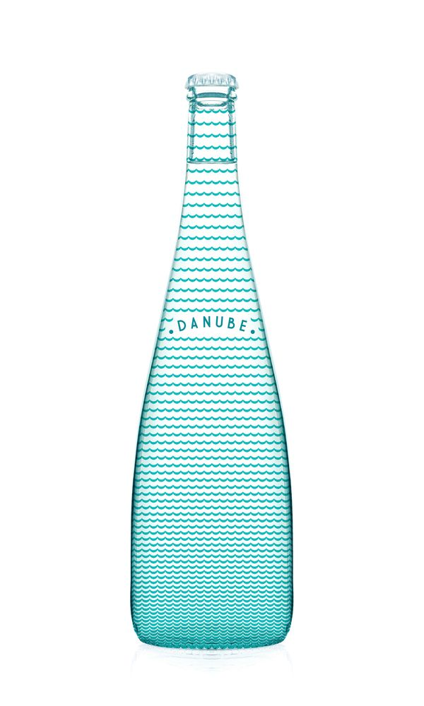 A waterbottle with the design of water. So simple, yet I don't even recall it being done before! Perhaps it has, but just not in this cute simple pattern. I also really like the turquoise blue used in the design, it gives a little shine in the picture.