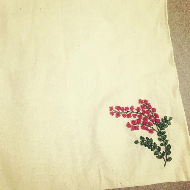 眠れなくて今まで無印のエコバッグに刺繍してた。(遠目で見れば)かわいくできた!  #樋口愉美子 #刺繍 #樋口愉美子のステッチ12か月 #無印エコバッグ  #無印良品  #夜更かし  #yumikohiguchi #embroidery #muji
