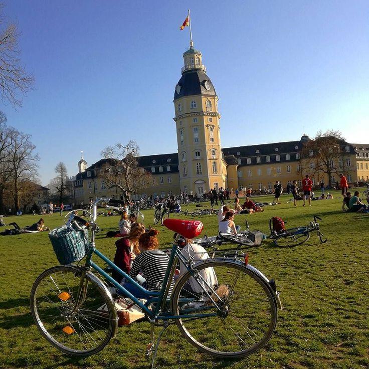 Egal wo man heute in #Karlsruhe unterwegs war: überall waren die Leute draußen und haben das wahnsinns Wetter  genossen. Im #Schlossgarten wurde wieder Frisbee gespielt oder sich nach #Feierabend gesonnt. Auch in den Eiscafes der Kaiserstrasse waren keine freien Plätze mehr. Endlich ist derzeit #Frühling da!  #visitkarlsruhe #visitbawu #bwjetzt #meinbw #summerfeeling #bluesky #explorekarlsruhe #Stadtansichten #freizeit #sunnyday #citylife #enjoyyourlife #beautifulday #schlosskarlsruhe…