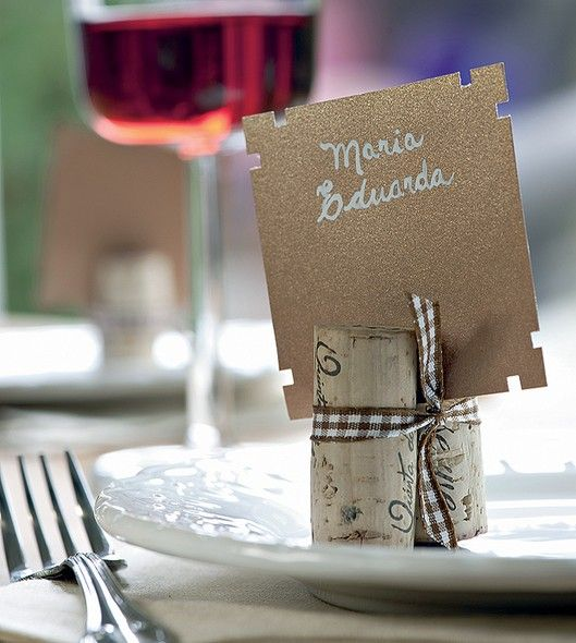 Use duas rolhas e uma fita para marcar o local dos convidados. É simples, barato e delicado | Foto: Iara Venanzi/Editora Globo