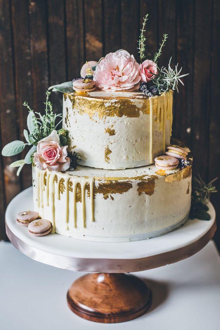Echte Blumen auf der Hochzeitstorte: Geht das