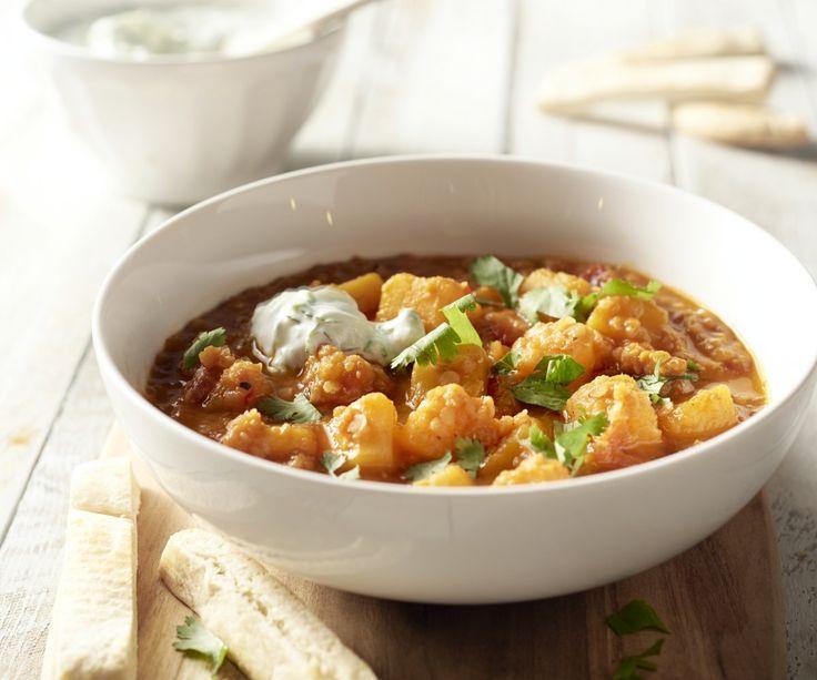 Il dahl è un piatto tipico della cucina indiana, cioè un curry di lenticchie, spesso vegetariano, con verdure squisite, come in questo caso, la zucca. La raita è una salsa fresca a base di yogurt con cetriolo che si abbina perfettamente con il piccante del curry. Siete pronti per una serata Bollywood?