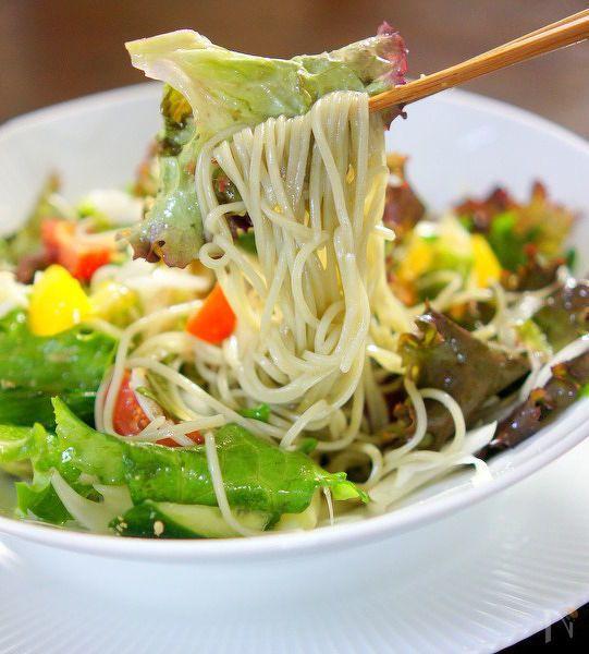 お好みのお野菜で作る簡単サラダ蕎麦です。柚子胡椒味が美味しいです。