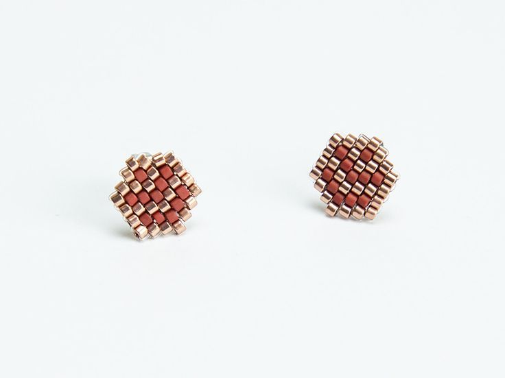 Boucles d'oreilles puces tissées en perles Miyuki de couleurs rouges et bronzes. Par Naïas.