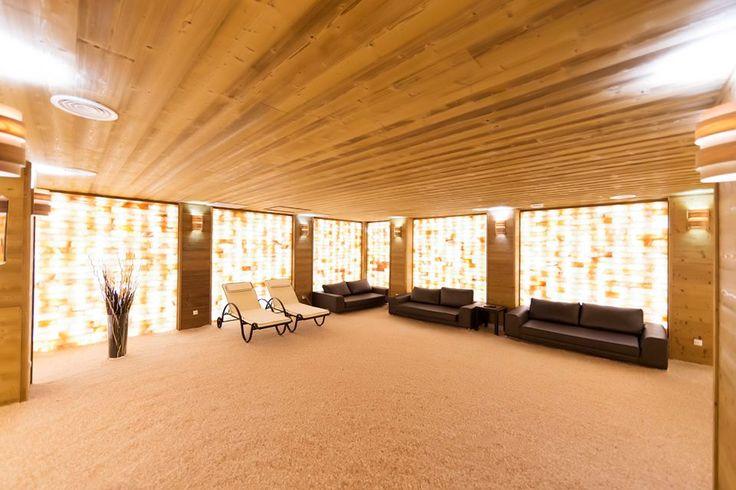 Camera salina (salt room; salt cave) de uz profesional: 9 m x 7,5 m x H=2,4 m, cu 7000 kg sare de Pakistan pe pereti in combinatie cu lemn antichizat, rustic: molid finlandez thermowood, fibra scoasa/periata, 6000 kg. granule de sare de Himalaya pe podea, total aprox. 13 tone de sare! Salina/Salt cave by IBEK Saune Poza by Blue Sky Wellness & SPA  www.saune.ro www.sare-de-himalaya.ro
