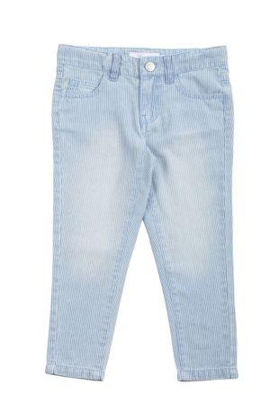 Pantalón tipo jeans para niña, en color azul claro. Dos bolsillos adelante y dos atrás.