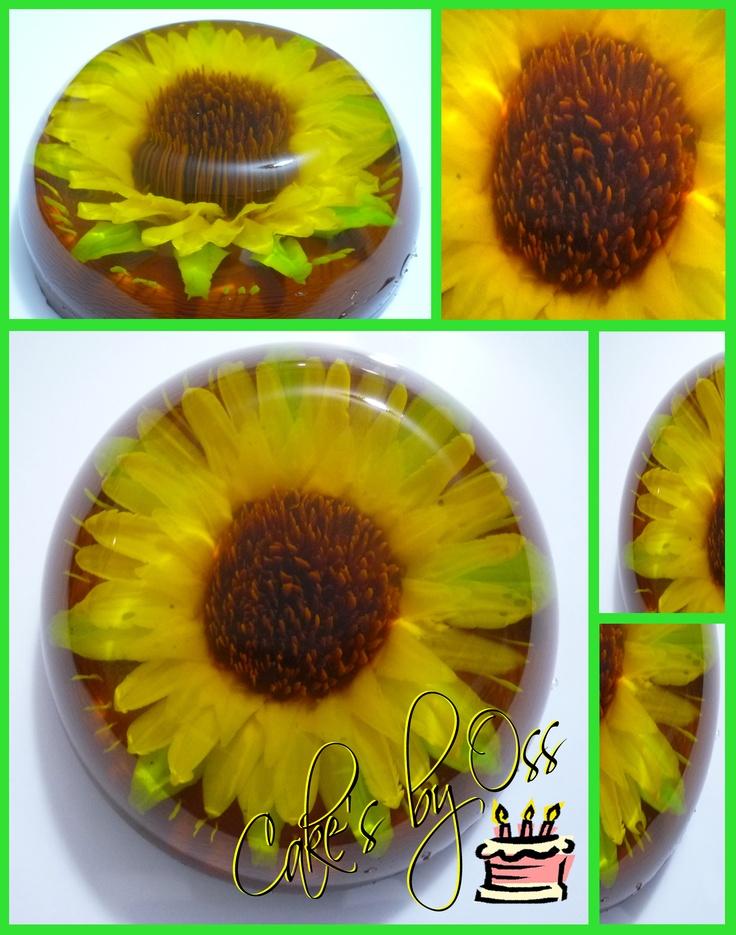 Girasol de Gelatina  Esta gelatina esta realizada bajo la técnica de las Gelatinas Florales Encapsuladas. En este caso tenemos un precioso Girasol, hecho en color brillantes con los más mínimos detalles! Todo es 100% gelatina comestible!