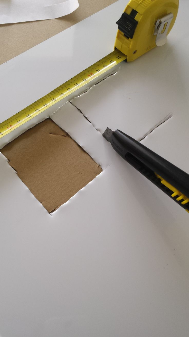 conception crédence cuisine avec planches mémo-magnétique adhésives, petit bémol si on a des prises comme moi il faut donc découper le contours avant de l'adhérer au mur :)