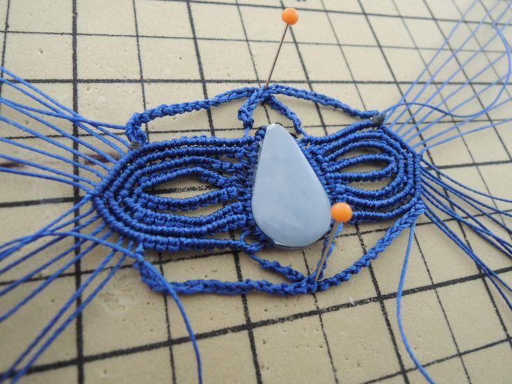 Bracelet en micro macramé pierre celestine en cours de création Cha'perli'popette - créatrice belge de bijoux artisanaux https://www.facebook.com/chaperlipopettebijoux http://www.alittlemarket.com/boutique/cha_perli_popette-951481.html