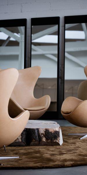 efinitivamente, la silla lounge Egg es uno de los triunfos del diseño total del hotel de Arne Jacobsen. El sillón funciona como un contrate escultural con las superficies casi exclusivamente verticales y horizontales del edificio. Debido a su forma única, la silla garantiza un poco la intimidad en espacios públicos.