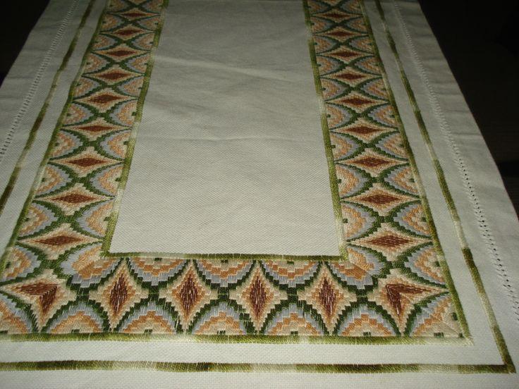 Trabalho feito em cânhamo grosso e bordado em ponto reto.