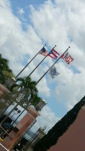 Las Banderas, éstas siendo la Bandera de Estados Unidos de América y la Bandera del Estado Libre Asociado de Puerto Rico, estan bien colocadas, la Bandera puertorriqueña al lado izquierdo de la Bandera de Estados Unidos. Las Banderas son del mismo tamaño, están al mismo nivel y no hay otra bandera entre medio de ellas. La bandera de la Guardia Costera está donde debe estar, al lado izquierdo de la Bandera de Puerto Rico. Las astas tienen el largo adecuado. Lo único que incumple con el…