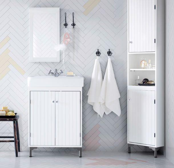 Ein Badezimmer in Weiß u. a. mit SILVERÅN Eckelement in Weiß, SILVERÅN Waschkommode mit 2 Türen in Weiß, SILVERÅN Spiegel mit Ablage in Weiß...